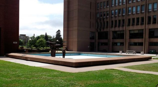 Shawing building fountain.
